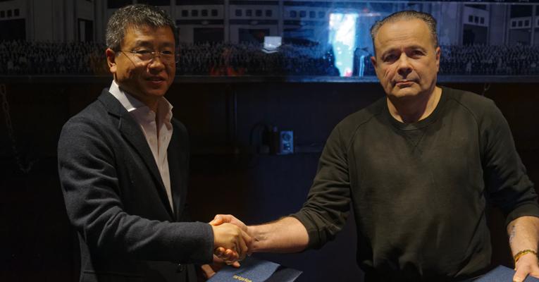 De izquierda a derecha: WAN Jie - Artron / thierry Ehrmann - Artprice