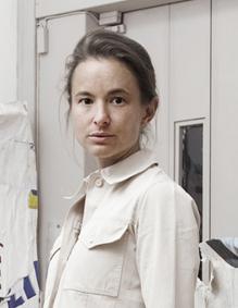 Magda Danysz devant des oeuvres de VHILS. Crédit photo Céline Barrère.